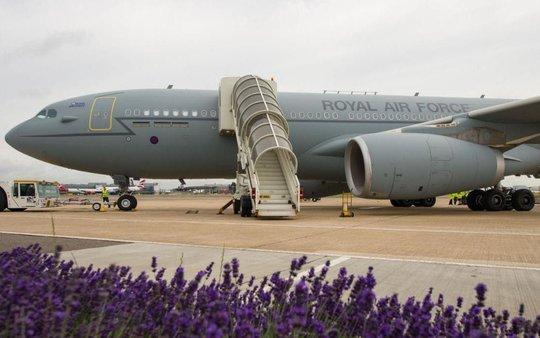 Máy bay tiếp liệu Anh suýt tiêu đời vì chiến đấu cơ Mỹ - Ảnh 1.