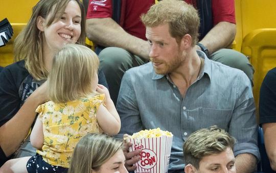 """Hoàng tử Harry bắt tại trận """"tên trộm nhí"""" - Ảnh 3."""