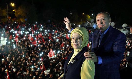 Tổng thống Thổ Nhĩ Kỳ Recep Tayyip Erdogan và vợ, bà Emine, vẫy chào người ủng hộ ở Istanbul đêm 16-4 Ảnh: EPA