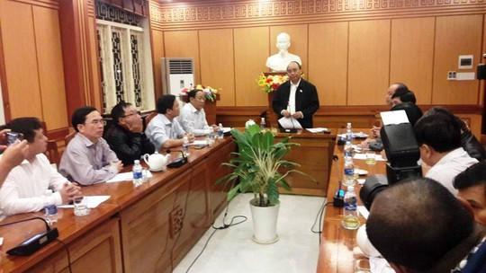 Chủ tịch nước và Thủ tướng vào tận vùng lũ thăm người dân - Ảnh 12.