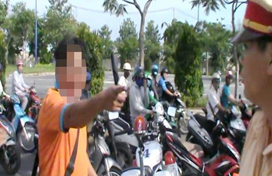Ông Phong có hành vi chửi bới CSGT. Ảnh cắt từ clip