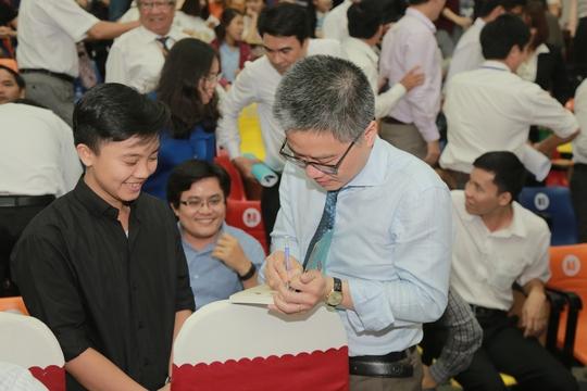 GS Ngô Bảo Châu ký tặng sinh viên Trường ĐH Duy TânẢnh: C.T.V