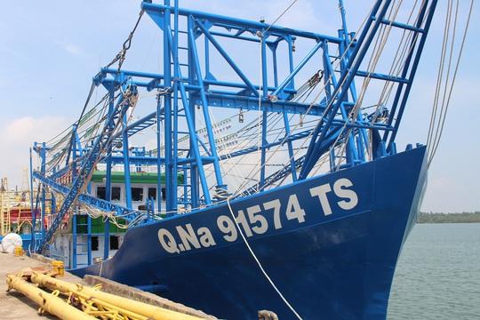 Ngư dân Quảng Nam hạ thủy tàu vỏ thép 17 tỉ đồng - Ảnh 1.