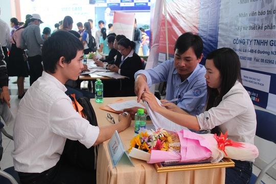 Người lao động tìm việc tại sàn giao dịch việc làm do Trung tâm Dịch vụ việc làm TP HCM tổ chức