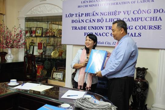 Chia sẻ kinh nghiệm cho cán bộ Công đoàn Campuchia - Ảnh 1.