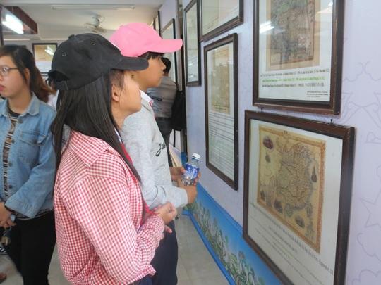 Nhiều học sinh, du khách hào hứng với những bằng chứng khẳng định chủ quyền không thể tranh cãi của Việt Nam đối với 2 quần đảo Hoàng Sa - Trường Sa