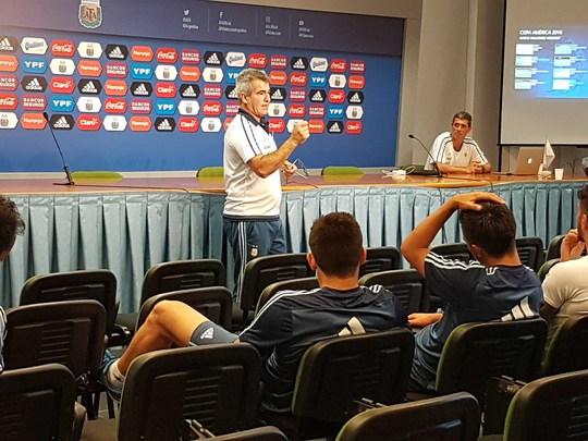 Argentina mời trọng tài dạy U20 tránh thẻ - Ảnh 1.
