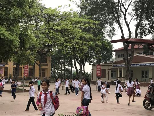 Học sinh đùa nghịch trong sân trường trước giờ học