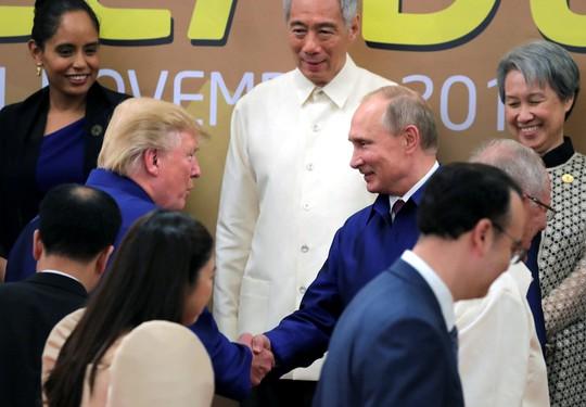 APEC 2017: Tổng thống Mỹ - Nga bắt tay vui vẻ - Ảnh 1.