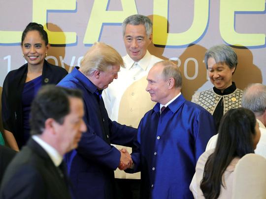 APEC 2017: Tổng thống Mỹ - Nga bắt tay vui vẻ - Ảnh 2.