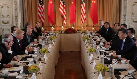 '' Hai phái đoàn ngoại giao Mỹ-Trung bên bàn đàm phán tại Mar-a-Lago bang Florida. Ảnh: Reuters ''