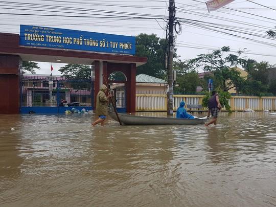 Lũ lớn, hàng ngàn ngôi nhà ở Bình Định lại bị ngập nặng - Ảnh 3.