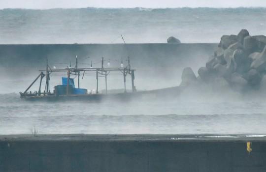 Một chiếc thuyền gỗ nghi của Triều Tiên xuất hiện gần bờ biển Yurihonjo, tỉnh Akita của Nhật Bản vào ngày 24-11. Ảnh: Reuters