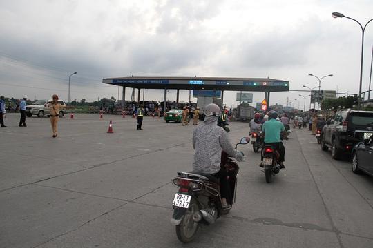 Công an Hưng Yên lên tiếng vụ tài xế trả tiền lẻ ở trạm QL5 - Ảnh 1.