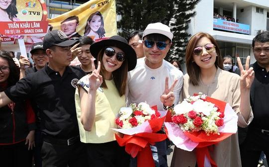 3 ngôi sao mới của TVB gồm Trần Khái Lâm, Huỳnh Hạo Nhiên, Huỳnh Trí Văn (từ trái qua) chào khán giả Việt