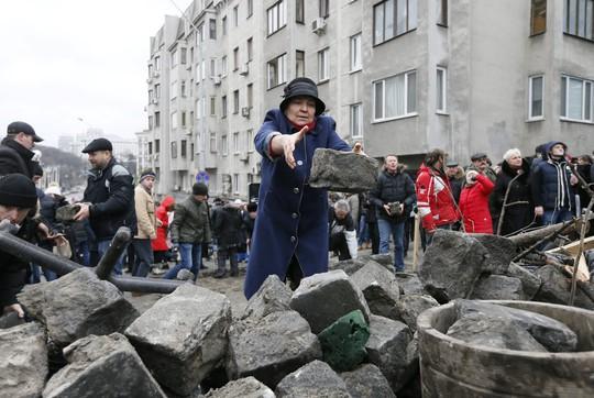 Tình báo Ukraine trèo lên mái nhà bắt cựu tổng thống Georgia - Ảnh 7.