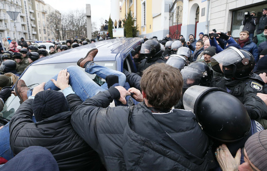 Tình báo Ukraine trèo lên mái nhà bắt cựu tổng thống Georgia - Ảnh 6.
