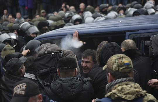 Ukraine: Người ủng hộ phá xe cảnh sát, giải thoát cựu tổng thống Georgia - Ảnh 5.