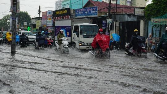 Mưa chưa đến 2 giờ, Sài Gòn đã ngập, kẹt xe khắp nơi - Ảnh 3.