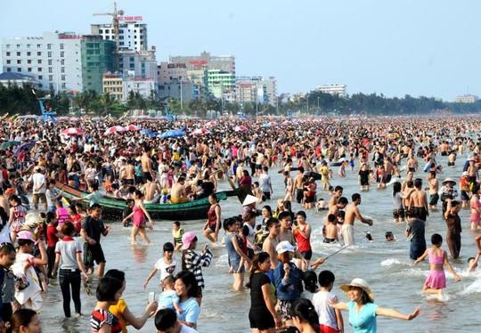 Biển người chen nhau tắm ở Sầm Sơn chiều ngày 30-4