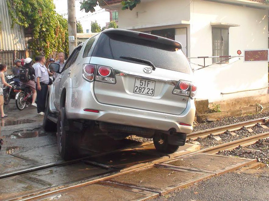 Chiếc ô tô mắc kẹt trên đường ray