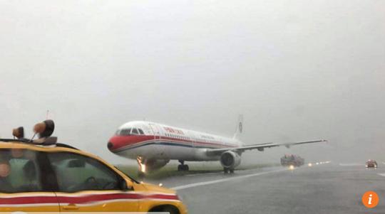 Máy bay trượt khỏi đường băng khi hạ cánh - Ảnh 1.