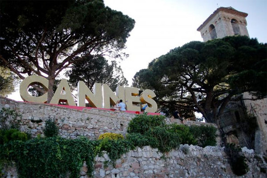 LHP Cannes: Chống khủng bố bằng 400 chậu hoa khủng - Ảnh 1.