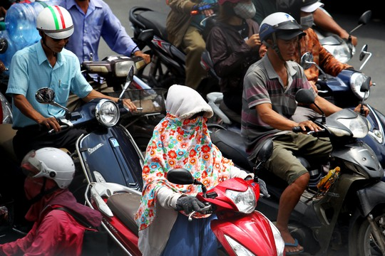 Nắng nóng tiếp tục kéo dài ở TP HCM khiến người dân khổ sở mỗi khi ra đường