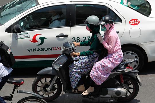 Hầu hết mọi người khi ra đường đều bịt kín để chống nắng nóng.