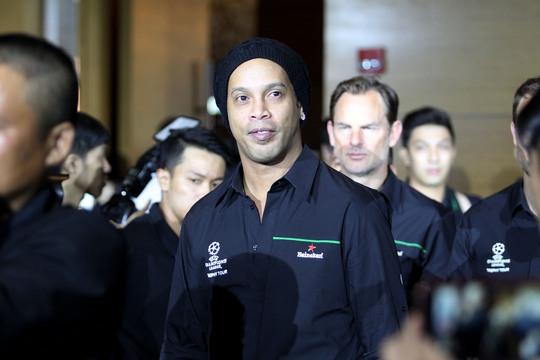 Ronaldinho vẫn có một sức hút mãnh liệt với người hâm mộ Việt Nam khi xuất hiện trong sự kiện rước cúp UEFA Champions League