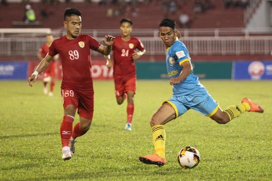 Được thi đấu trên sân nhà Thống Nhất, nhưng đội bóng của Quyền chủ tịch Lê Công Vinh thua 1-4 trước Sanna Khánh Hòa BVN