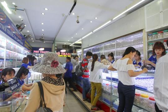 Khu phố thu hút đông đảo người đến tham quan và mua sắm.