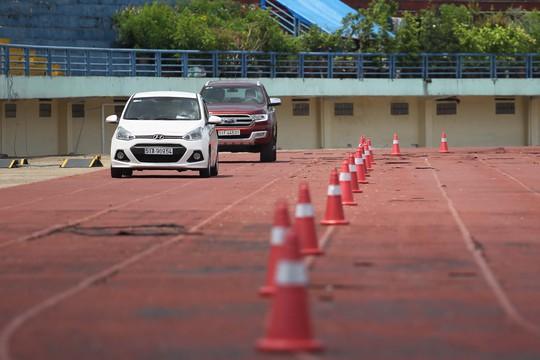 Ngoài ra, không gian bên ngoài sân vận động giúp khách hàng có thể thoải mái lựa chọn và những người có nhu cầu mua xe có thể trực tiếp so sánh và lái thử.