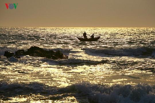 Ngắm vẻ đẹp của bãi biển hoang sơ dưới chân đèo Ngang - Ảnh 7.