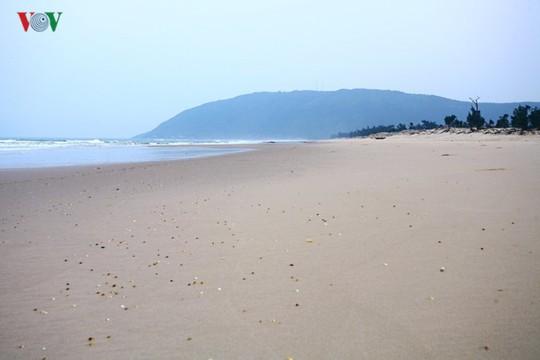 Ngắm vẻ đẹp của bãi biển hoang sơ dưới chân đèo Ngang - Ảnh 10.