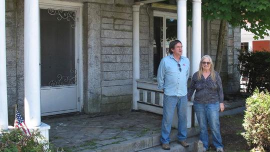 Mua 1 ngôi nhà, sống cùng lúc ở Mỹ và Canada - Ảnh 1.