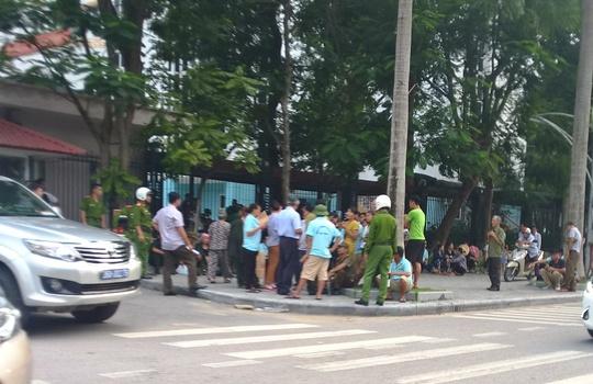 Dân Sầm Sơn kéo tới UBND tỉnh Thanh Hóa đòi việc làm - Ảnh 2.