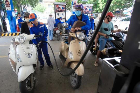 Doanh nghiệp kêu ca vì thuế xăng dầu giảm - Ảnh 1.