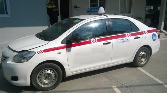 Đặc điểm của xe taxi là thường gắn mào ở trên nóc. Nếu chỗ này sơn không bị phai màu, hoặc sơn không đều thì đó cũng là chiếc xe có tông tích sử dụng làm taxi