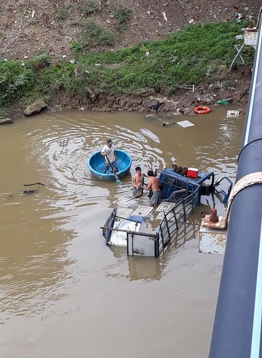 Tông sập lan can cầu, xe tải lao xuống sông