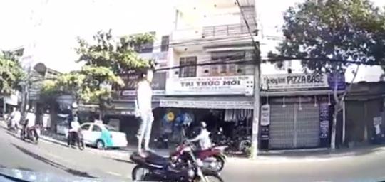 Bắt được thanh niên đi xe máy bằng chân - Ảnh 1.