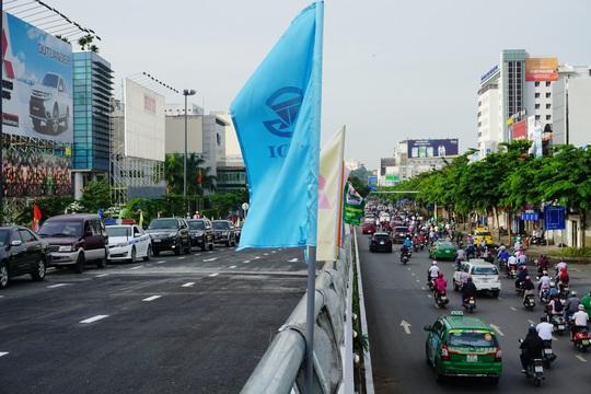 Thông xe cầu vượt ở 2 nút giao cửa ngõ sân bay Tân Sơn Nhất - Ảnh 1.