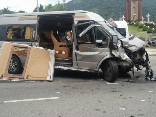 Hai ô tô đối đầu kinh hoàng, hành khách văng ra đường - Ảnh 2.