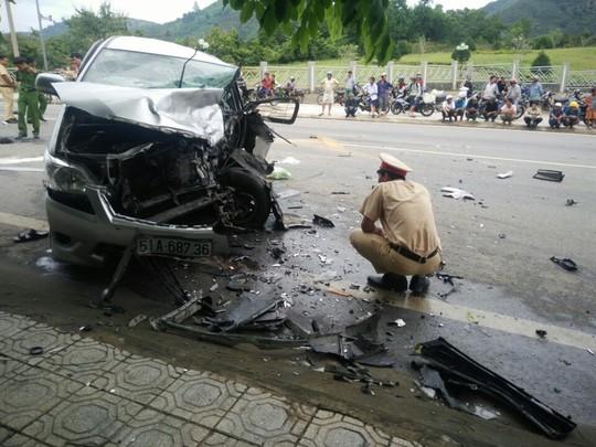 Hai ô tô đối đầu kinh hoàng, hành khách văng ra đường - Ảnh 1.
