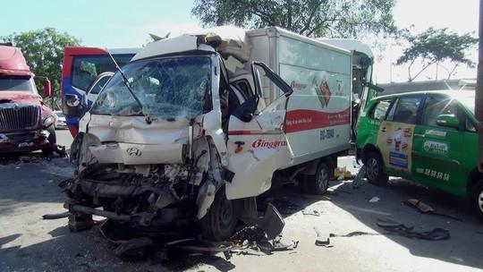 """Hiện trường vụ tai nạn xe đầu kéo """"lùa"""" 5 ô tô dừng đèn đỏ - Ảnh 1."""