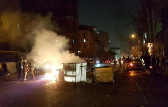 Biểu tình bạo lực ở Iran, hơn 10 người thiệt mạng - Ảnh 2.