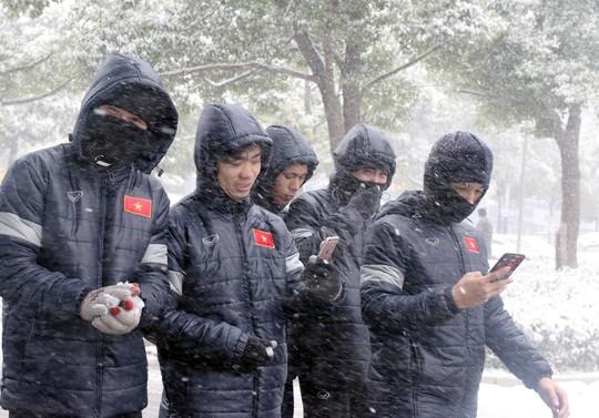 Trước đại chiến Uzbekistan, U23 Việt Nam háo hức nghịch tuyết - Ảnh 1.