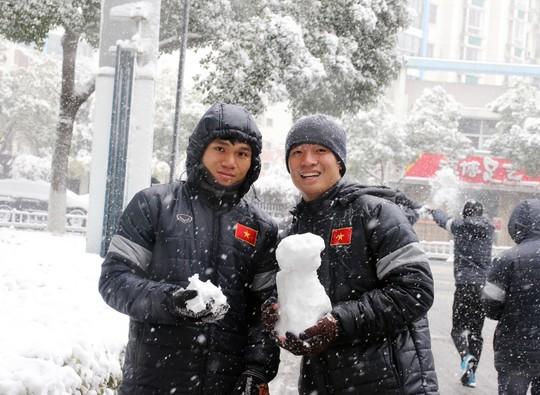 Trước đại chiến Uzbekistan, U23 Việt Nam háo hức nghịch tuyết - Ảnh 4.