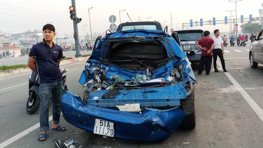 """3 """"xế hộp"""" biến dạng sau tai nạn trên đường Phạm Văn Đồng - Ảnh 3."""