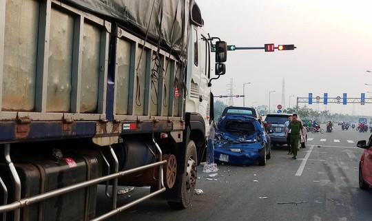 """3 """"xế hộp"""" biến dạng sau tai nạn trên đường Phạm Văn Đồng - Ảnh 1."""